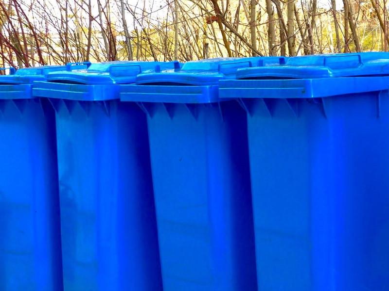blaue Mülltonnen