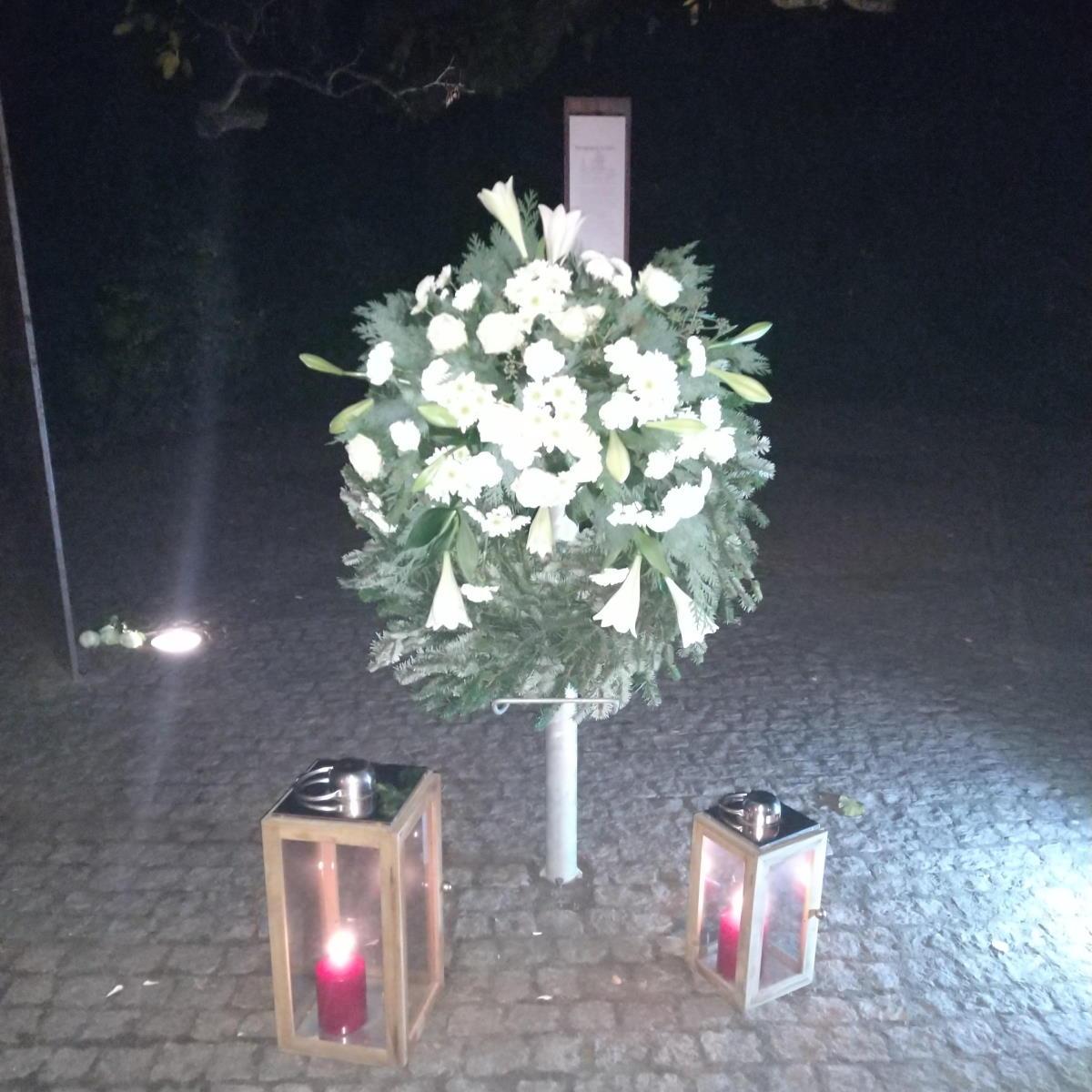 Kranz an Gedenkstätte